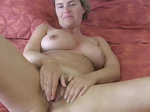 Sexy mature honey beats off