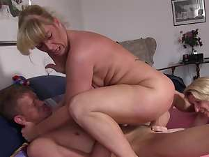 Reife Swinger - Amateur German mature swinger chicks enjoy a naughty FFM threesome