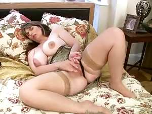Mature toys her old pussy
