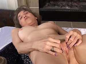 Old babe Bobby Bentley is masturbating her puss