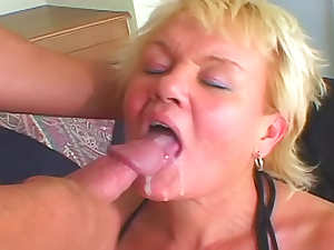 Young man cums fucking mature pussy