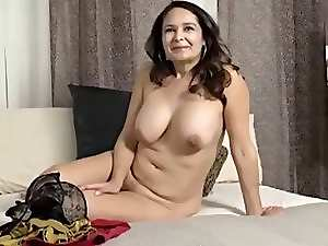 Mamma with saggy knockers & juicy fanny